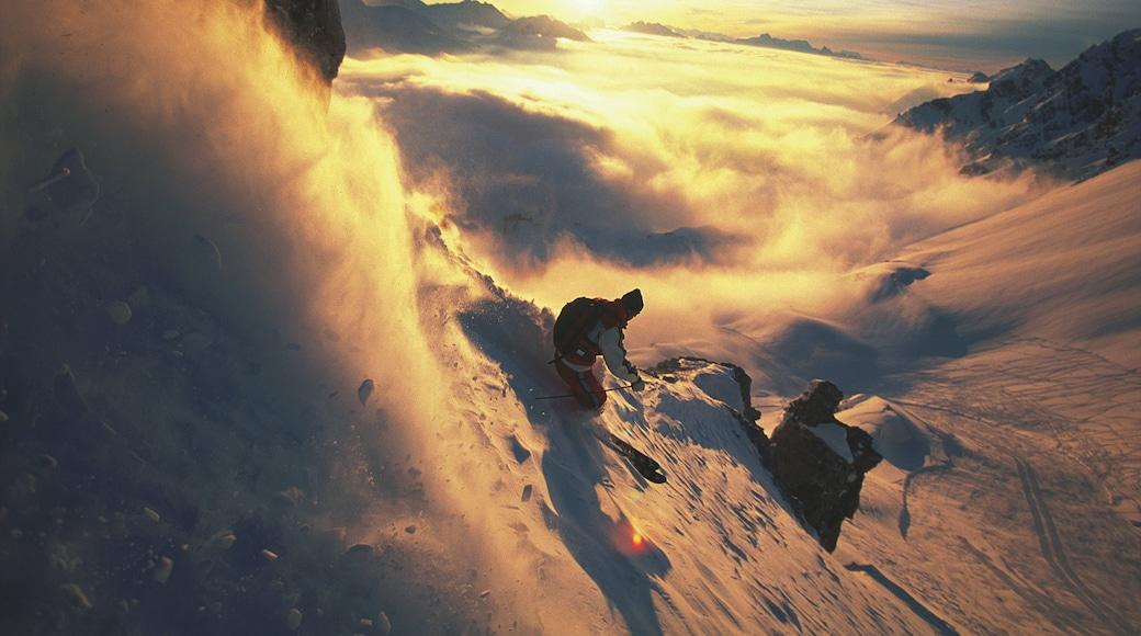 Lech am Arlberg das einen Sonnenuntergang, Schnee und Skifahren