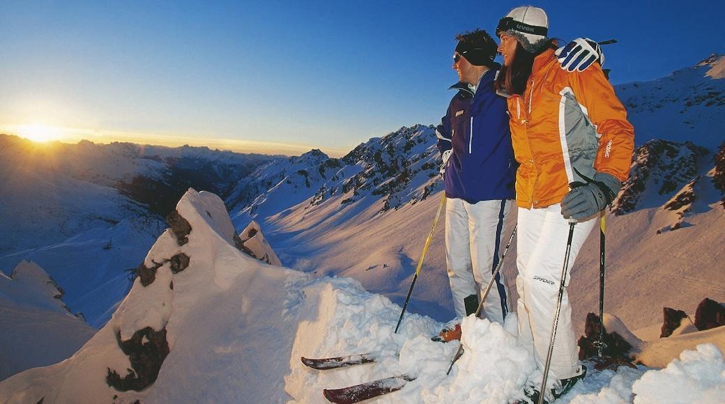 Lech am Arlberg mit einem Skifahren, Schnee und Berge