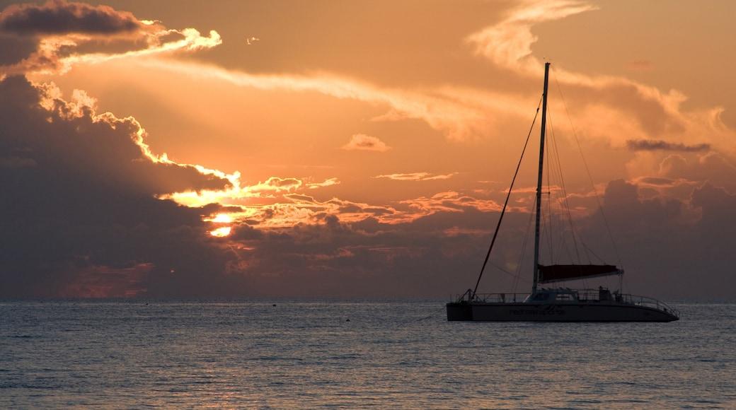 Kaimaninseln welches beinhaltet Segeln, Sonnenuntergang und Bootfahren