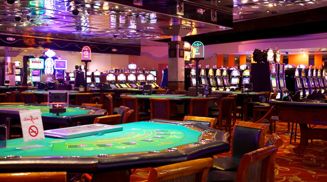 Casino Royale que inclui um cassino, vida noturna e vistas internas