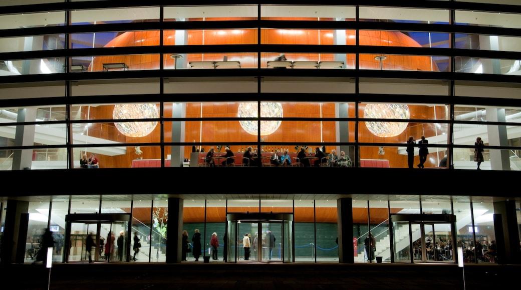 Københavns Operahus som omfatter moderne arkitektur, natteliv og teaterliv