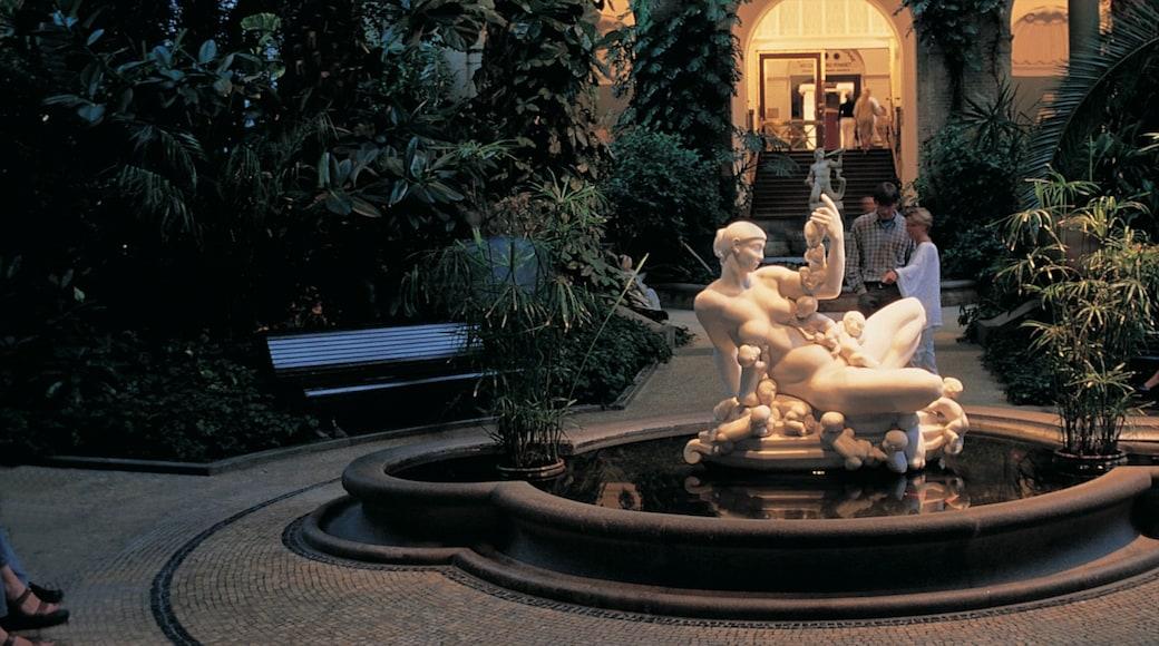 Ny Carlsberg Glyptotek mit einem Garten, bei Nacht und Outdoor-Kunst