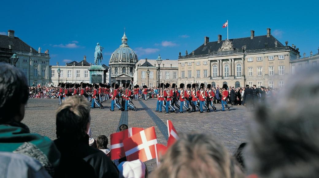 Amalienborg Slot som viser et slot, en plads eller et torv og performance-kunst