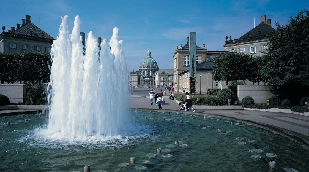 Amalienborg Slot som viser en by, historiske bygningsværker og en plads eller et torv