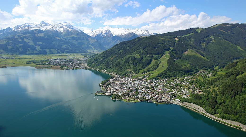 Zell am See showing mountains, a coastal town and a lake or waterhole
