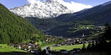 Tirol mit einem Wälder, Schnee und Kleinstadt oder Dorf