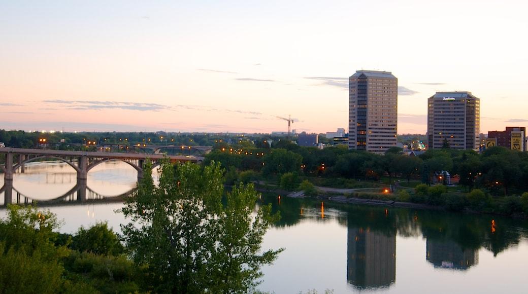 Saskatoon mostrando una ciudad, una puesta de sol y un río o arroyo
