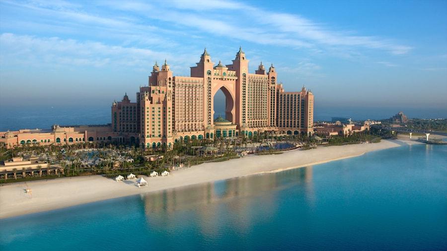 Dubai featuring trooppiset näkymät, hiekkaranta ja moderni arkkitehtuuri