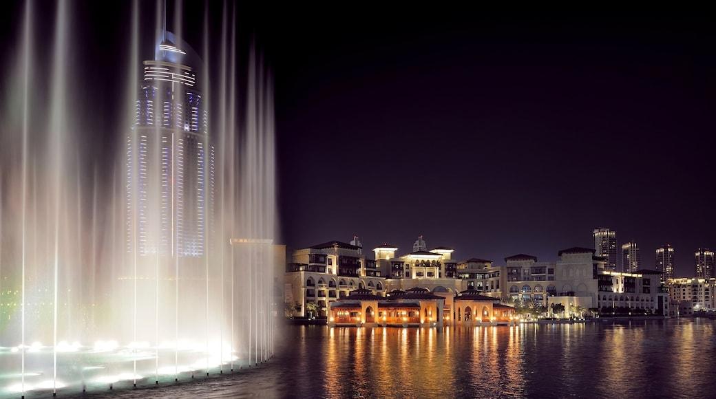 Emiraat Dubai inclusief een stad, hoogbouw en nachtleven