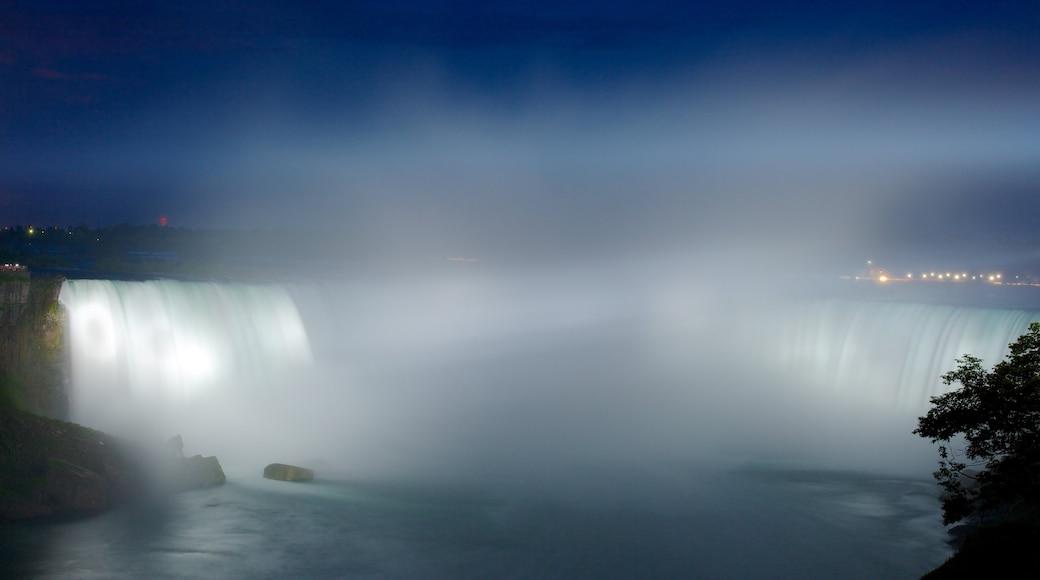 尼加拉瀑布 呈现出 小瀑布, 薄霧或有霧氣 和 夜景