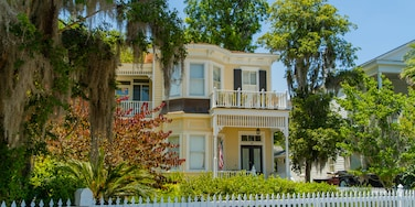 Isle of Hope Historic District showing a house