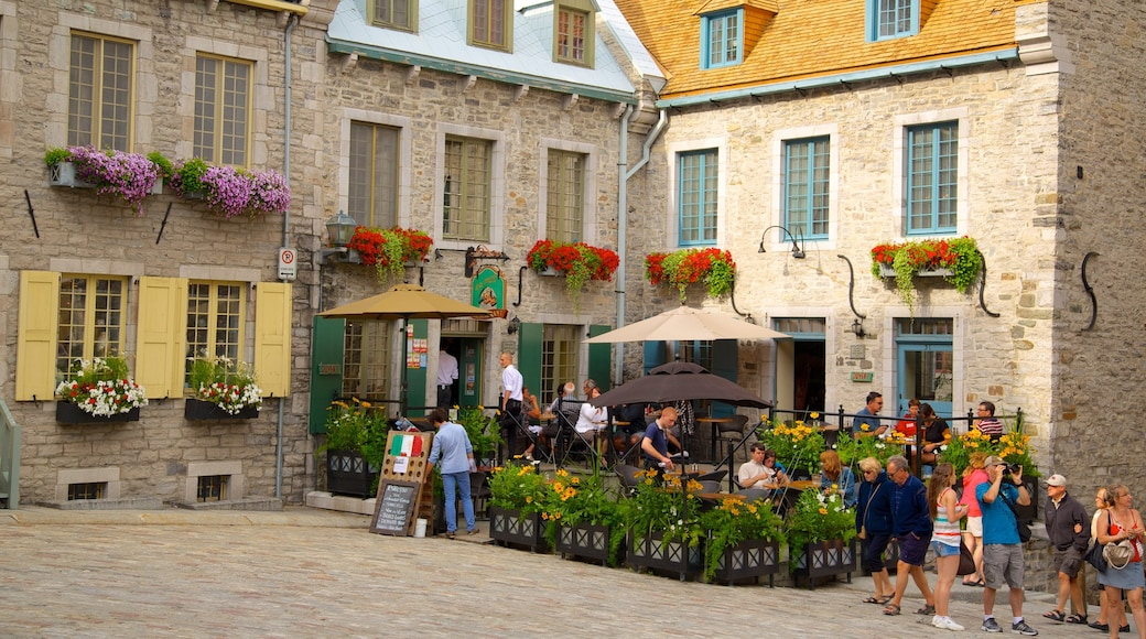 Place Royale ofreciendo comer al aire libre, una ciudad y escenas de café