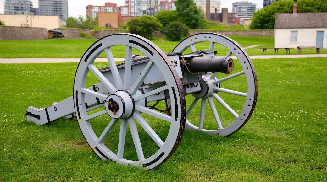 Site historique national de Fort York montrant articles militaires et mémorial
