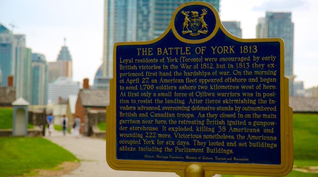 Site historique national de Fort York montrant ville et signalisation