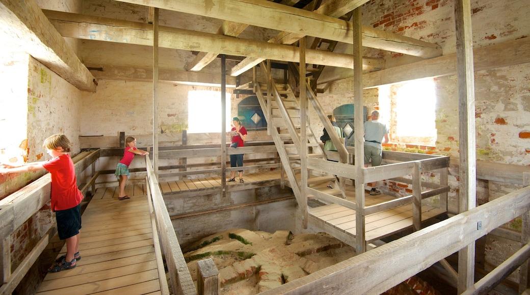 Den Tilsandede kirke fasiliteter samt kirke eller katedral og innendørs i tillegg til barn