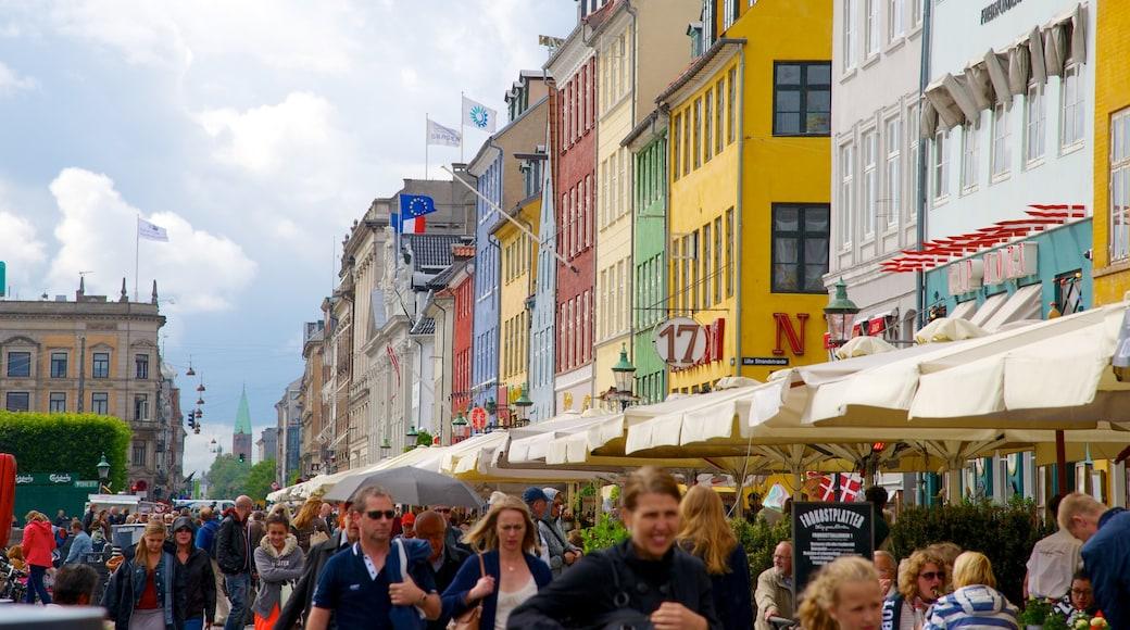 Nyhavn som visar gatuliv, historisk arkitektur och en stad