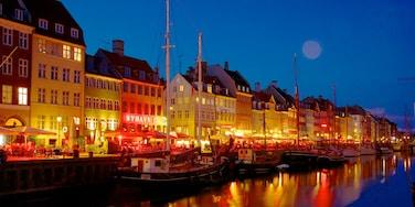 Nyhavn som omfatter en marina, en by og natteliv
