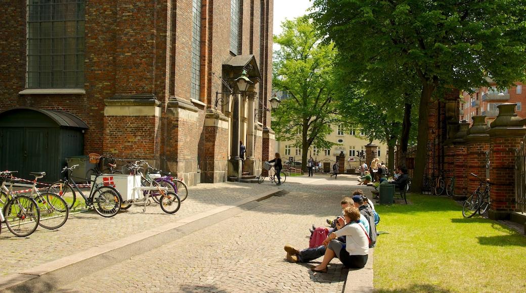 Church of Our Lady 设有 教堂或大教堂 和 歷史建築 以及 一小群人
