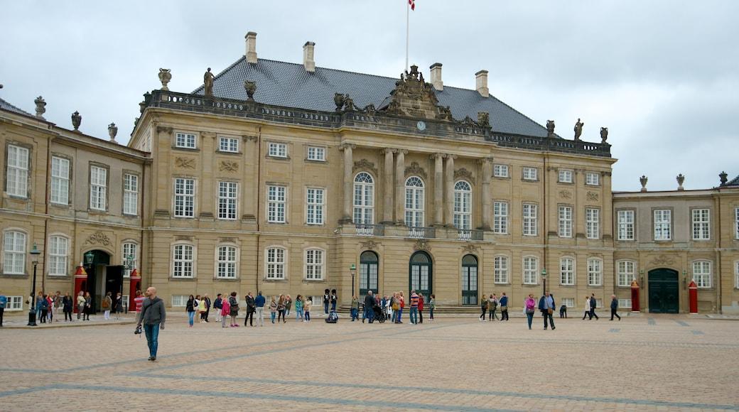 Amalienborg Slot og byder på en plads eller et torv, slot eller palads og historiske bygningsværker