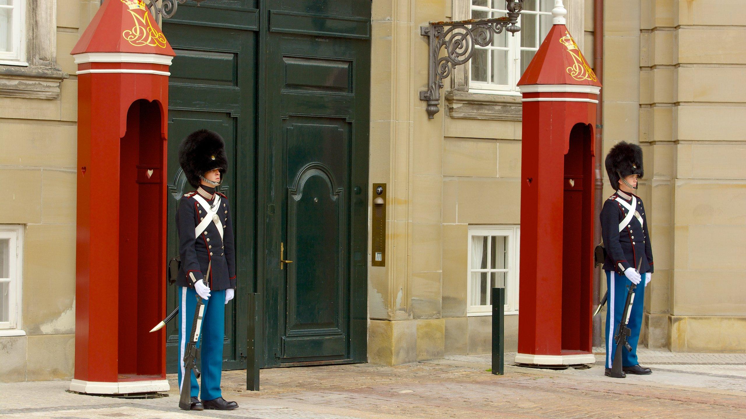 Observe a mudança de turnos dos guardas ou vasculhe duas das quatro propriedades idênticas onde reside oficialmente a família real dinamarquesa.