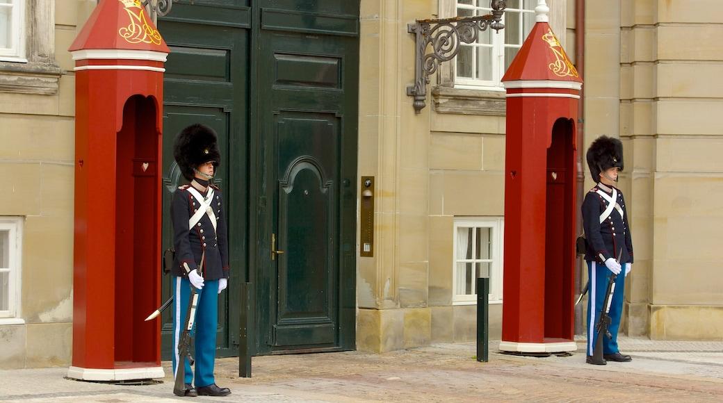 Amalienborg Slot som omfatter slot eller palads og militærgenstande