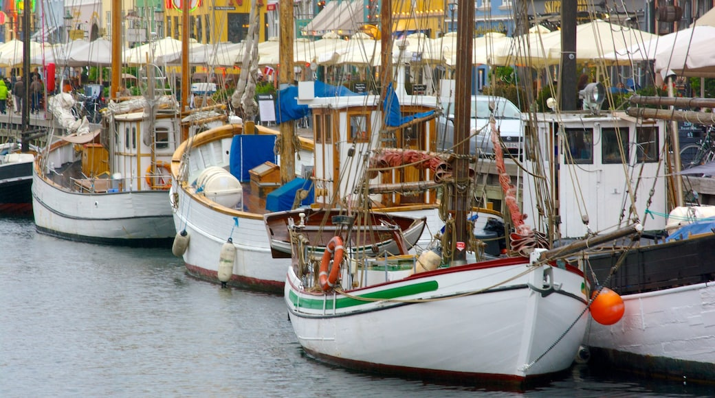 Nyhavn bevat een jachthaven, een baai of haven en een stad