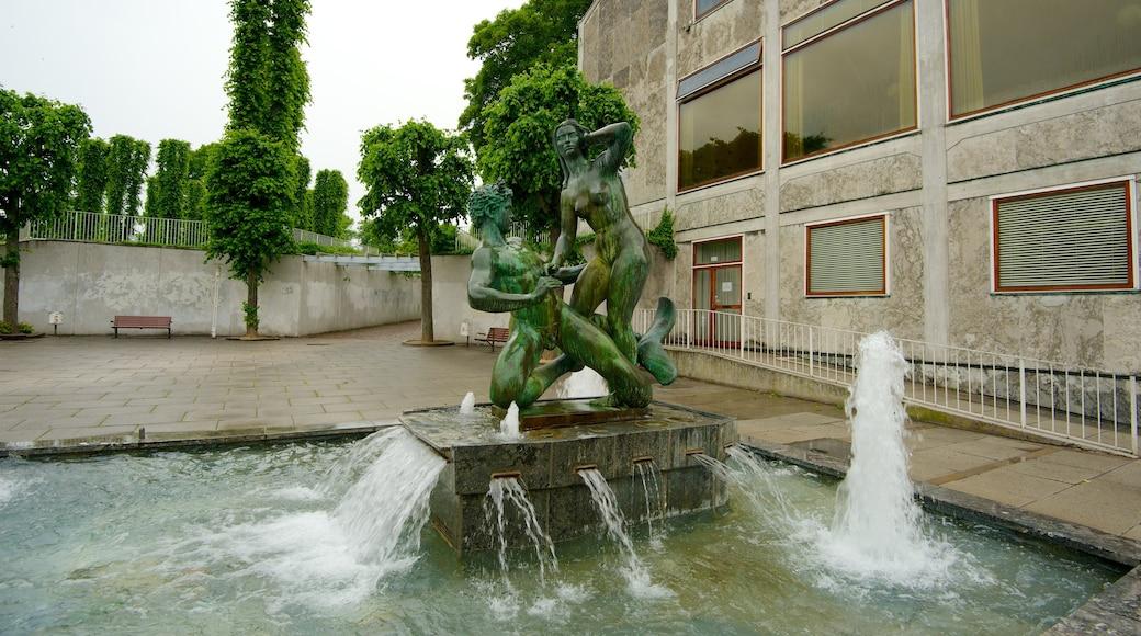 Aarhus Rådhus som omfatter en administrativ bygning, et springvand og en statue eller en skulptur