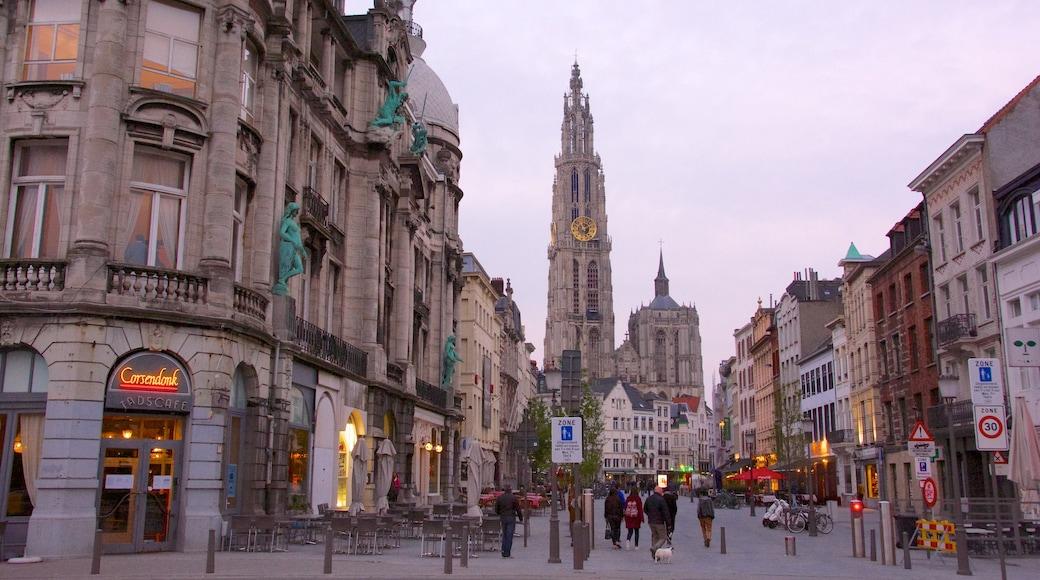 Cattedrale di Nostra Signora che include strade, città e architettura d\'epoca
