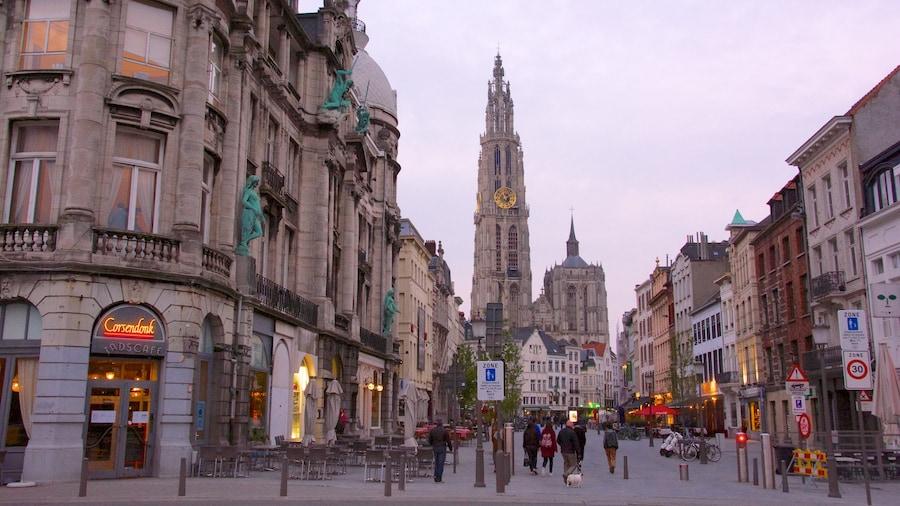 Onze-Lieve-Vrouwekathedraal toont een stad, straten en historische architectuur