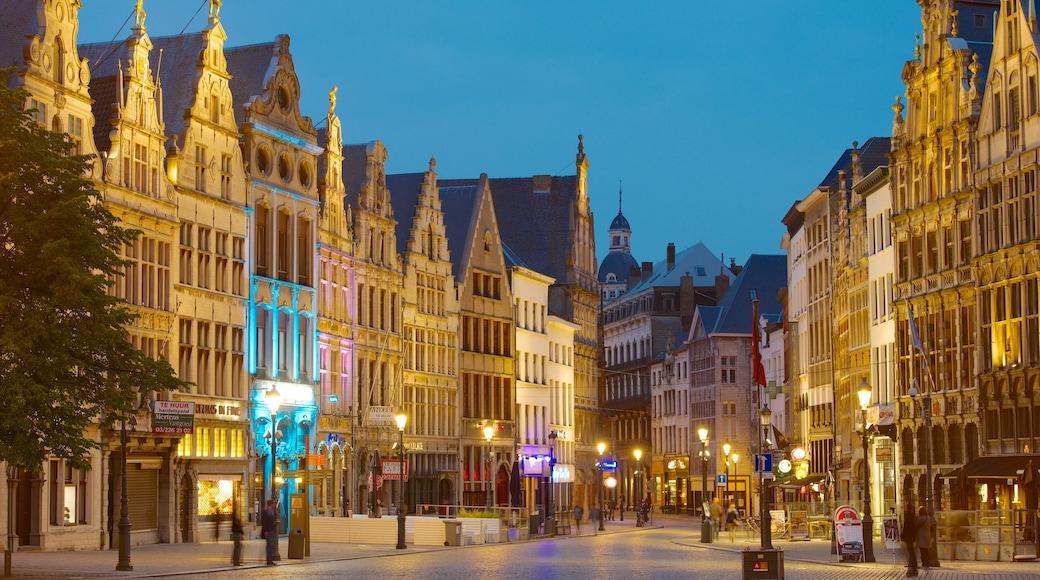Grote Markt in Antwerpen toont historische architectuur, een stad en nachtleven