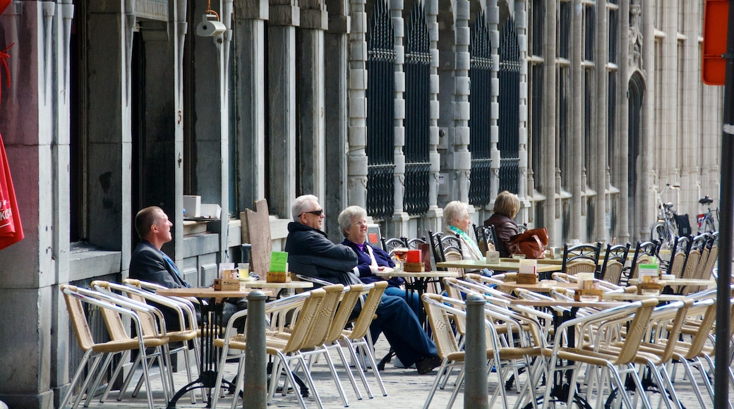 Anversa che include bar e caffè e mangiare all\'aperto cosi come un piccolo gruppo di persone