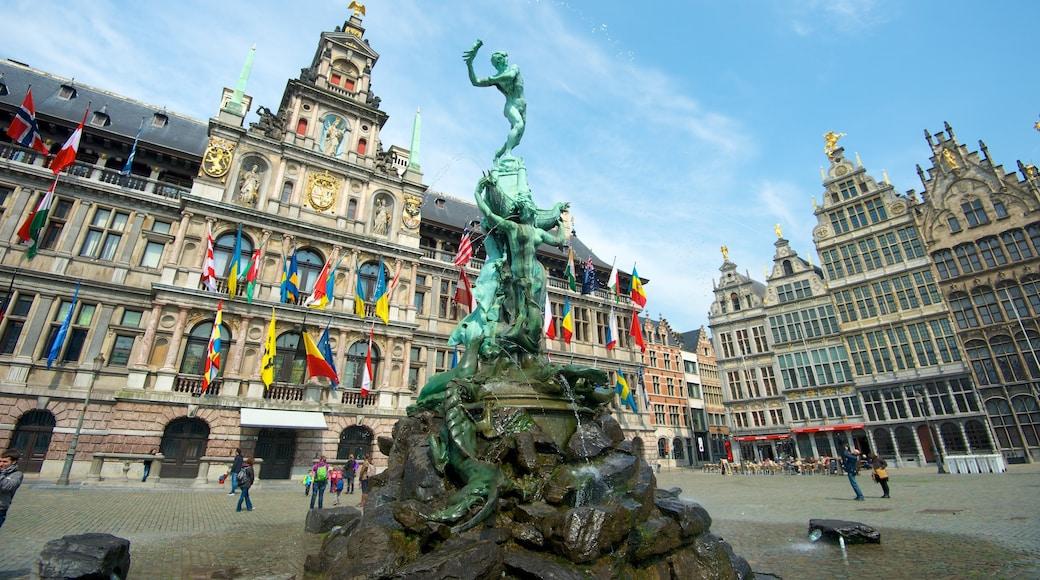 Grote Markt in Antwerpen inclusief een plein, een standbeeld of beeldhouwwerk en een overheidsgebouw