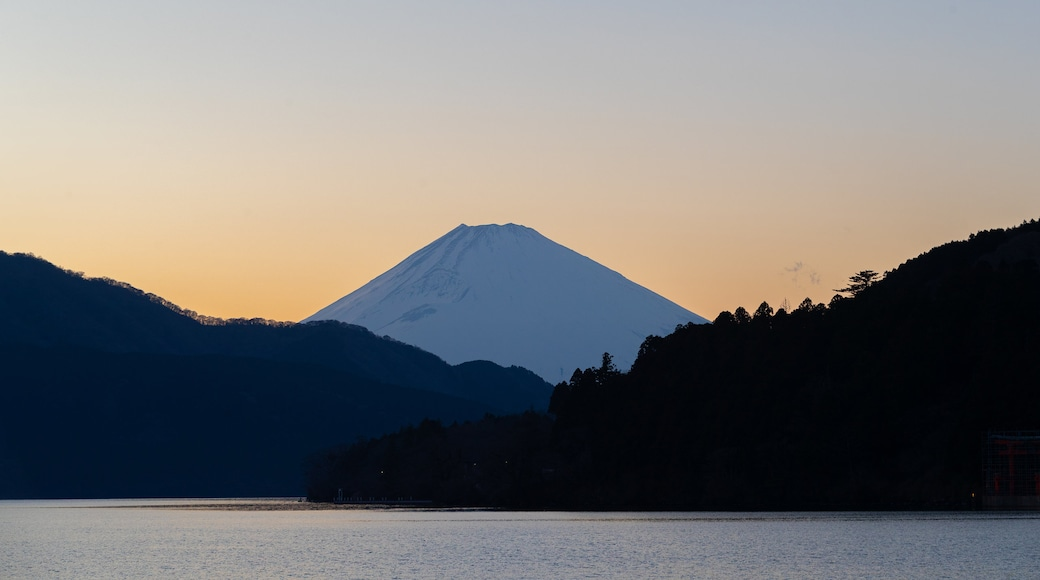 Lake Ashi which includes a lake or waterhole, mountains and a sunset