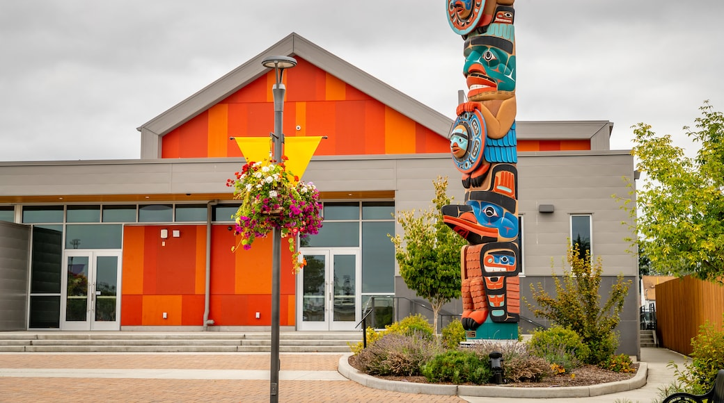 Sequim showing flowers and outdoor art