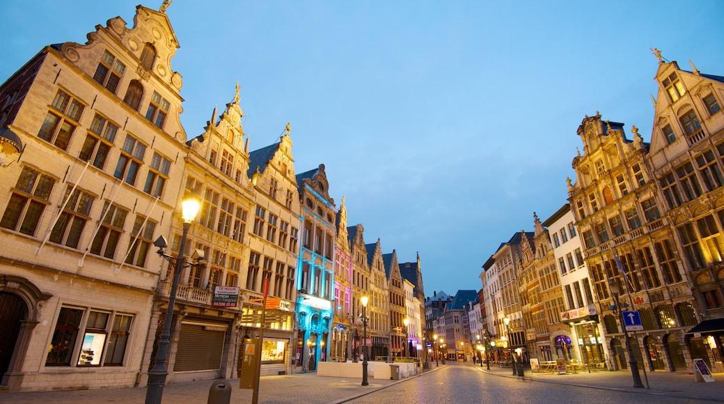 Piazza del Mercato di Anversa che include paesaggio notturno, città e architettura d\'epoca