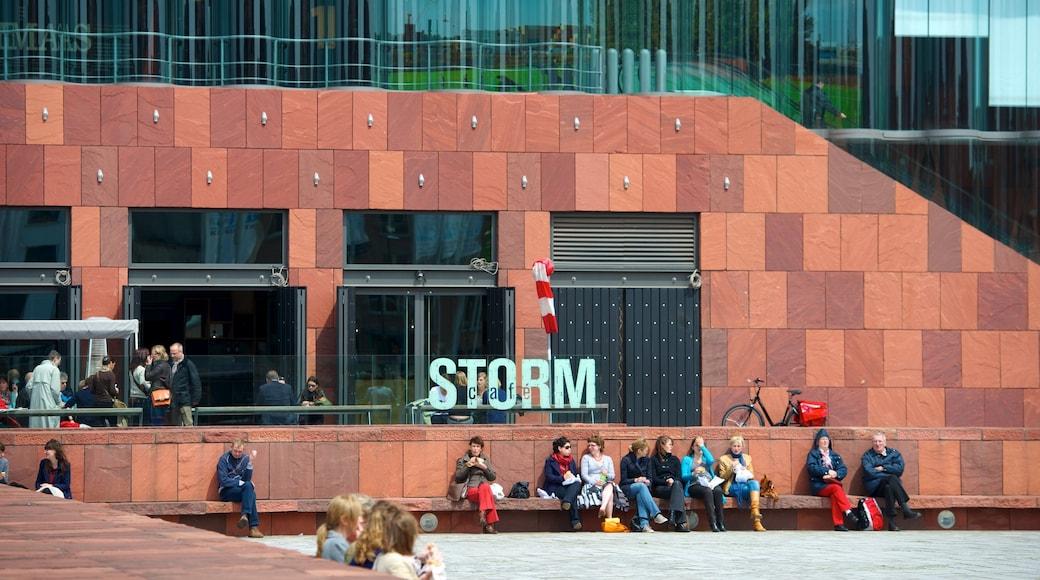 Museum aan de Stroom mostrando segnaletica cosi come un grande gruppo di persone