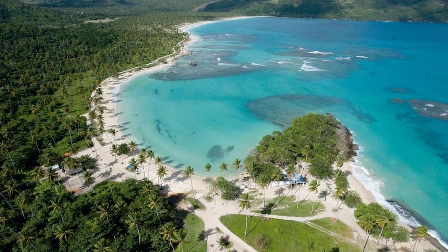 Samaná ofreciendo una playa y escenas tropicales