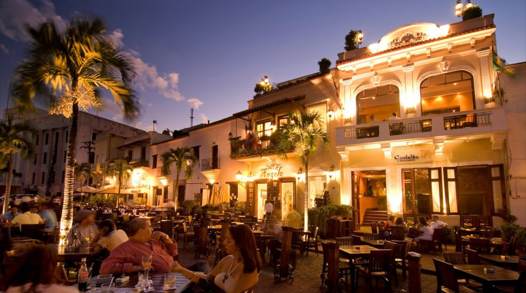 Santo Domingo showing outdoor eating, night scenes and dining out