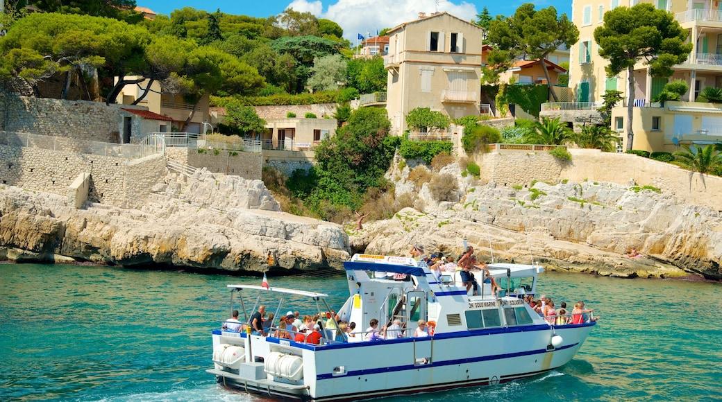 Cassis som visar en kuststad, båtkörning och kustutsikter