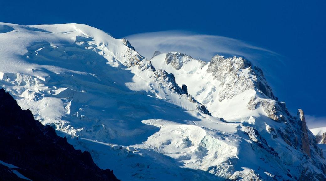Chamonix mit einem Berge und Schnee