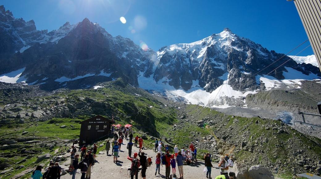 Chamonix-Mont-Blanc featuring vuoret sekä suuri ryhmä ihmisiä