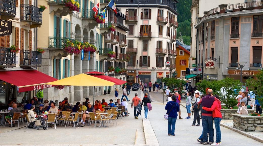 Chamonix-Mont-Blanc que incluye una ciudad, escenas cotidianas y café