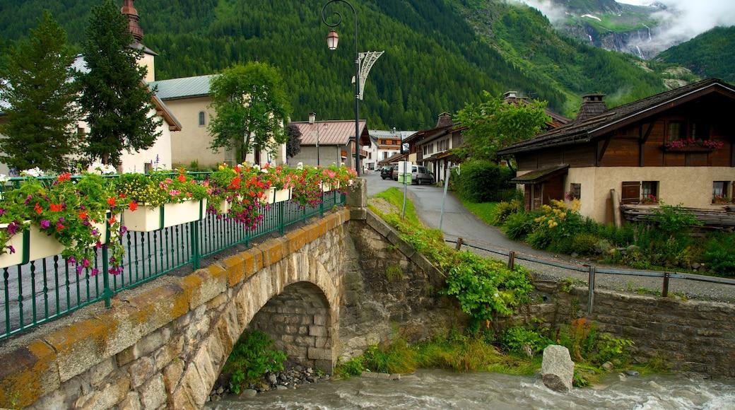 Argentière mettant en vedette pont, rivière ou ruisseau et petite ville ou village
