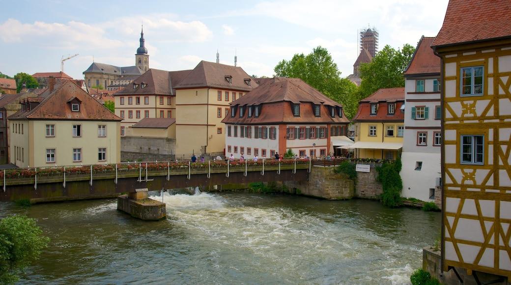 Bamberg das einen Kleinstadt oder Dorf, Brücke und historische Architektur
