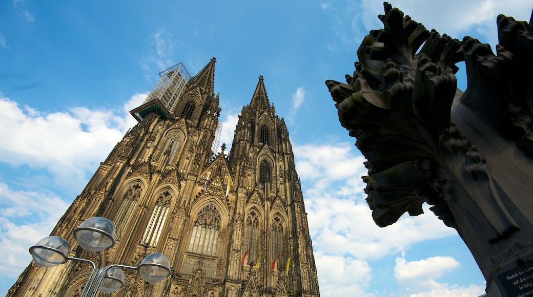 Kölner Dom som omfatter historiske bygningsværker og en kirke eller en katedral