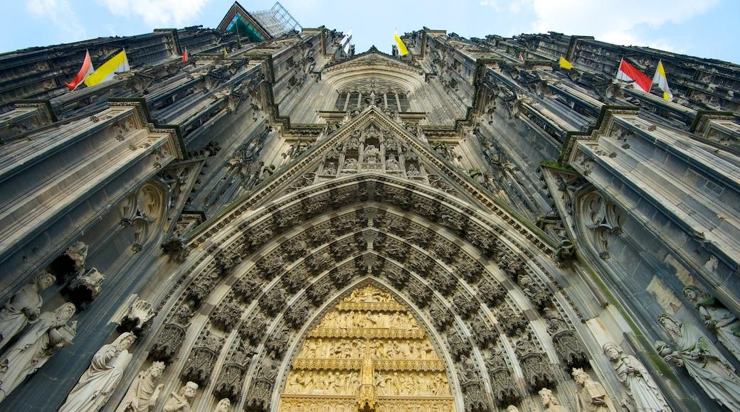 Kölner Dom og byder på en kirke eller en katedral og historiske bygningsværker