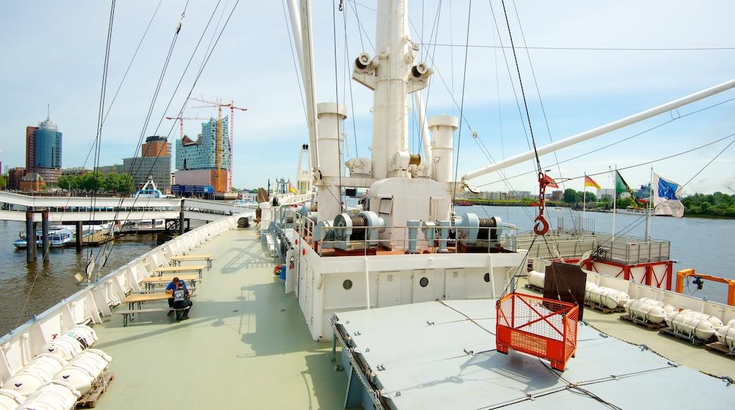 Cap San Diego som viser båter, marina og bukt eller havn