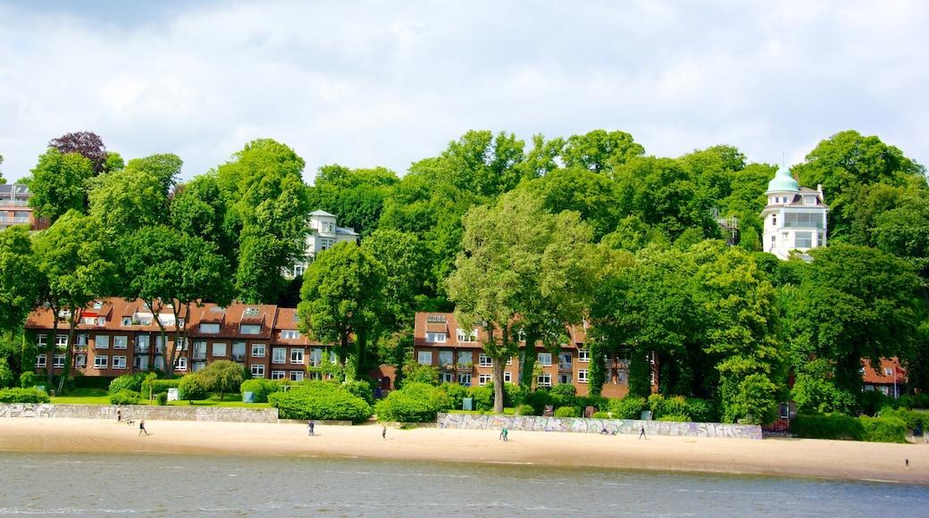 Hamburgo que incluye una bahía o puerto, una ciudad costera y una playa de arena