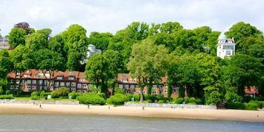 Haven van Hamburg toont een kuststadje, een zandstrand en een baai of haven