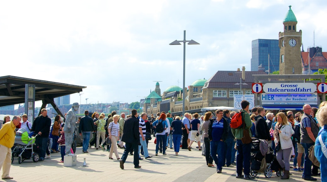 Hamburgo mostrando una ciudad y un parque o plaza y también un gran grupo de personas